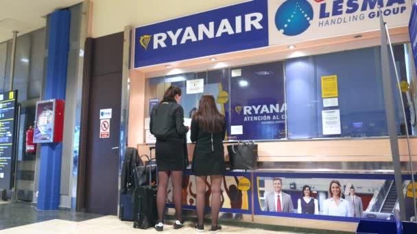 Cestující na Ryanair check-in protizáruky na Valencia, Španělsko letiště