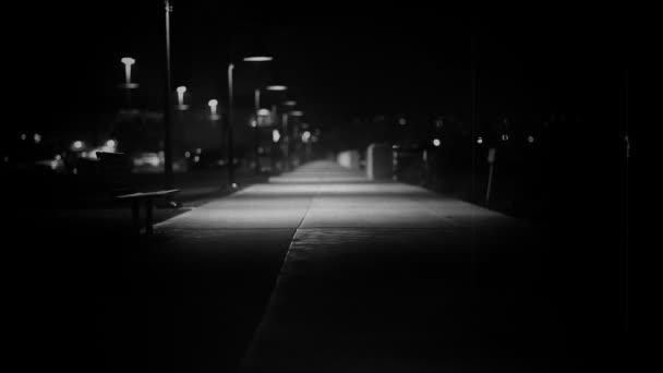 matně osvětlený chodník