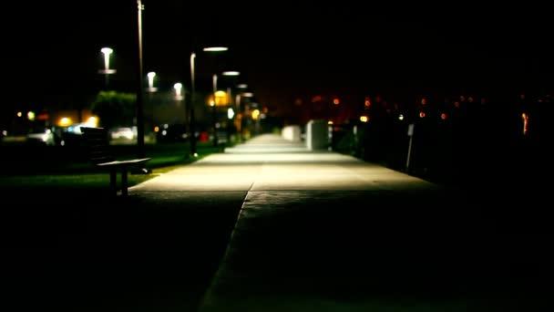 langer Fußweg in der Nacht