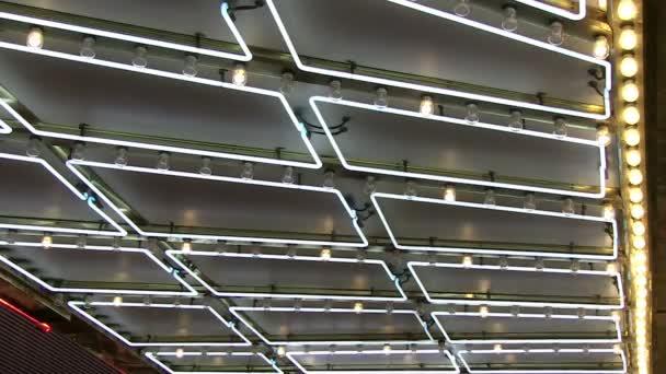 Neon markýzy a honit světla