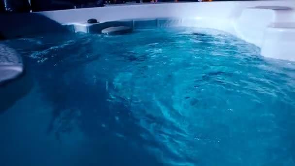 Modrá voda ve vířivce