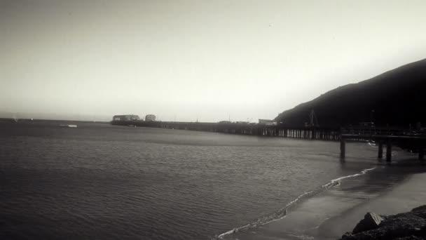 Slábnutí a škrábance na molo a pláž
