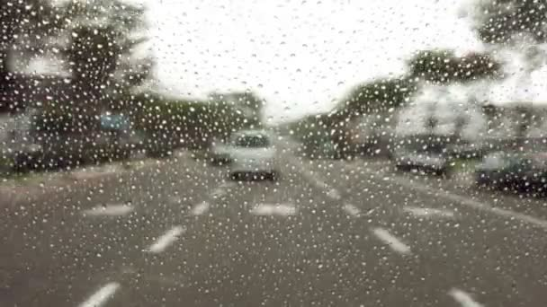 Déšť mlha na čelní sklo při jízdě po dálnici
