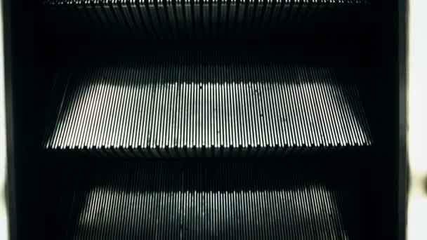 prázdné eskalátoru schodiště