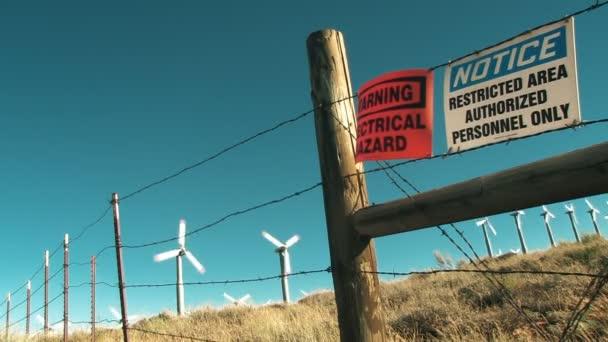 větrné turbíny za ostnatým drátem