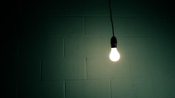 žárovku houpe u zdi