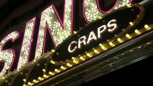 Blick nach oben auf Craps-Zeichen im Casino