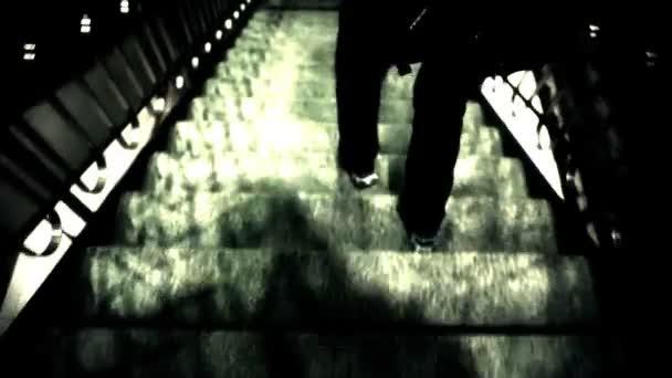 Man Walking giù scala