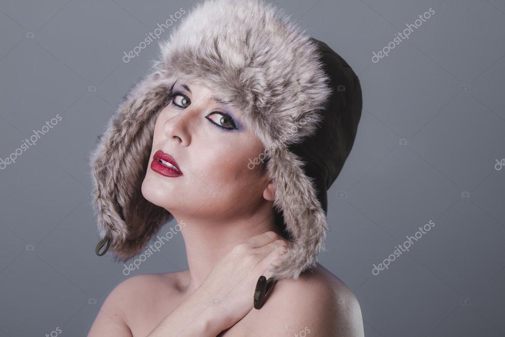 391949d3ce7 Nahá dívka v ruské zimní čepice — Stock Fotografie © outsiderzone ...