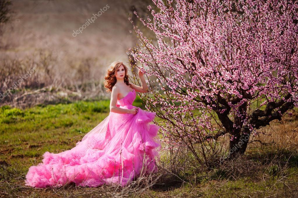 Красивая девушка в розовом платье