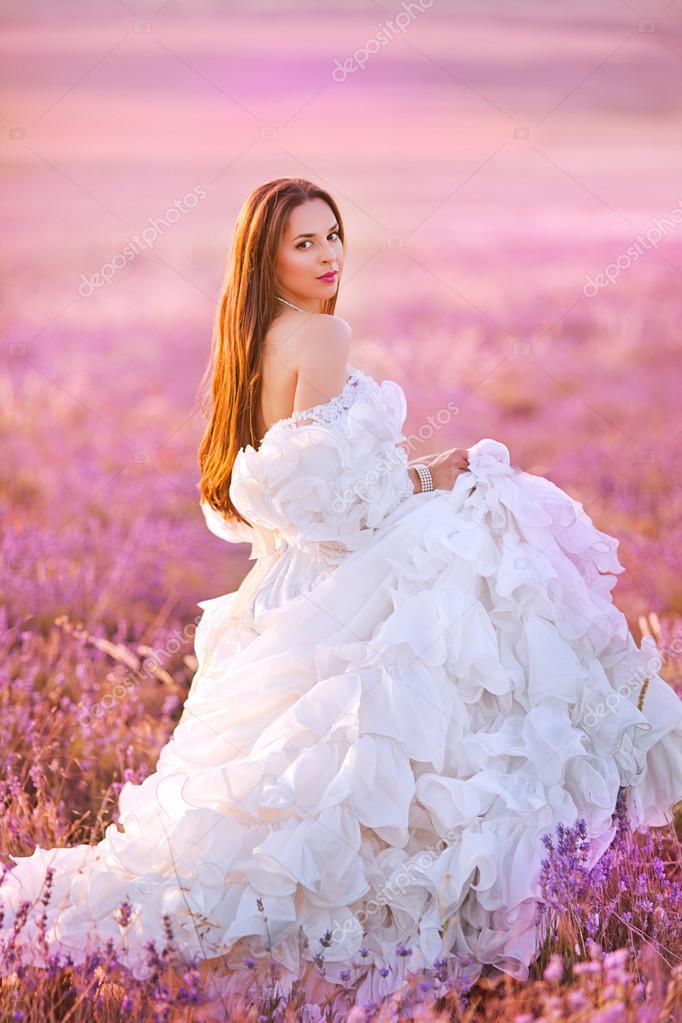 hermosa novia en el día de boda en el campo de lavanda — Fotos de ...