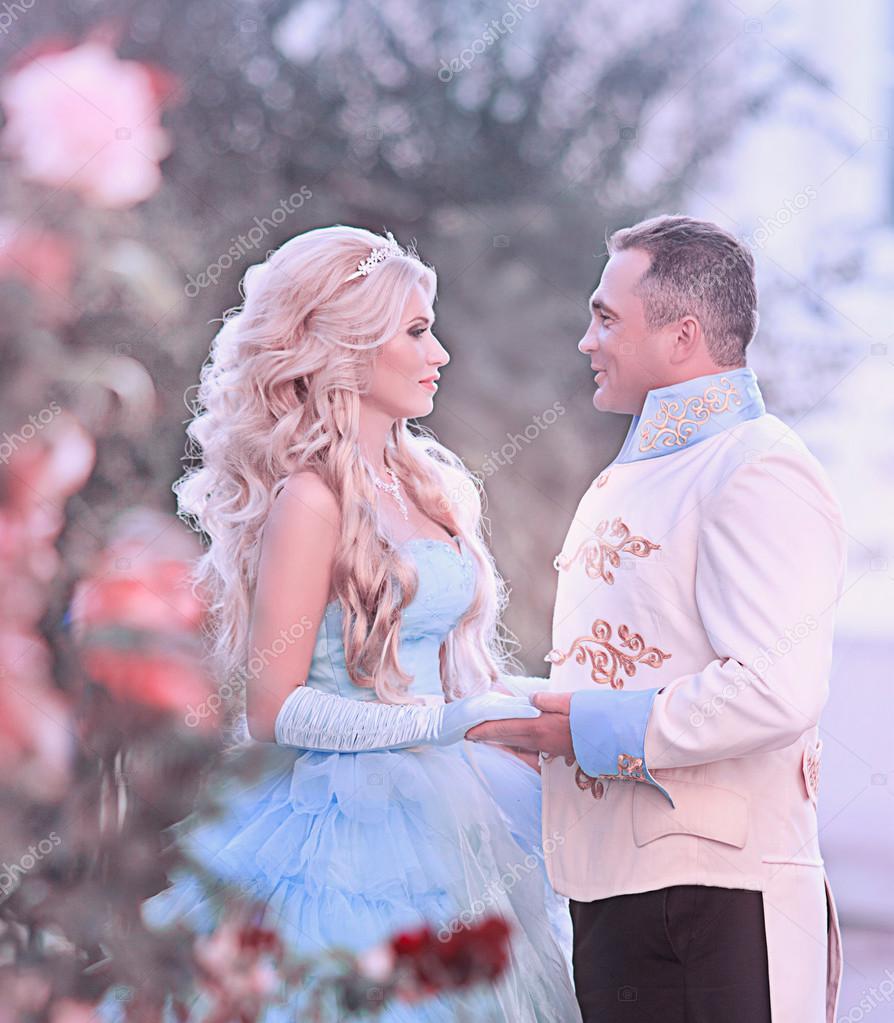 d294ceb67da0 Gyönyörű fiatal nő, a gyönyörű kék hosszú ruha mint Hamupipőke királyfi —  Fotó szerzőtől ...