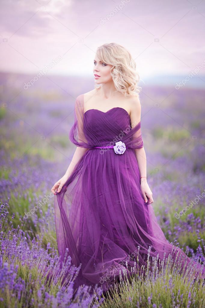 Девушку в фиолетовом платье видео на улице