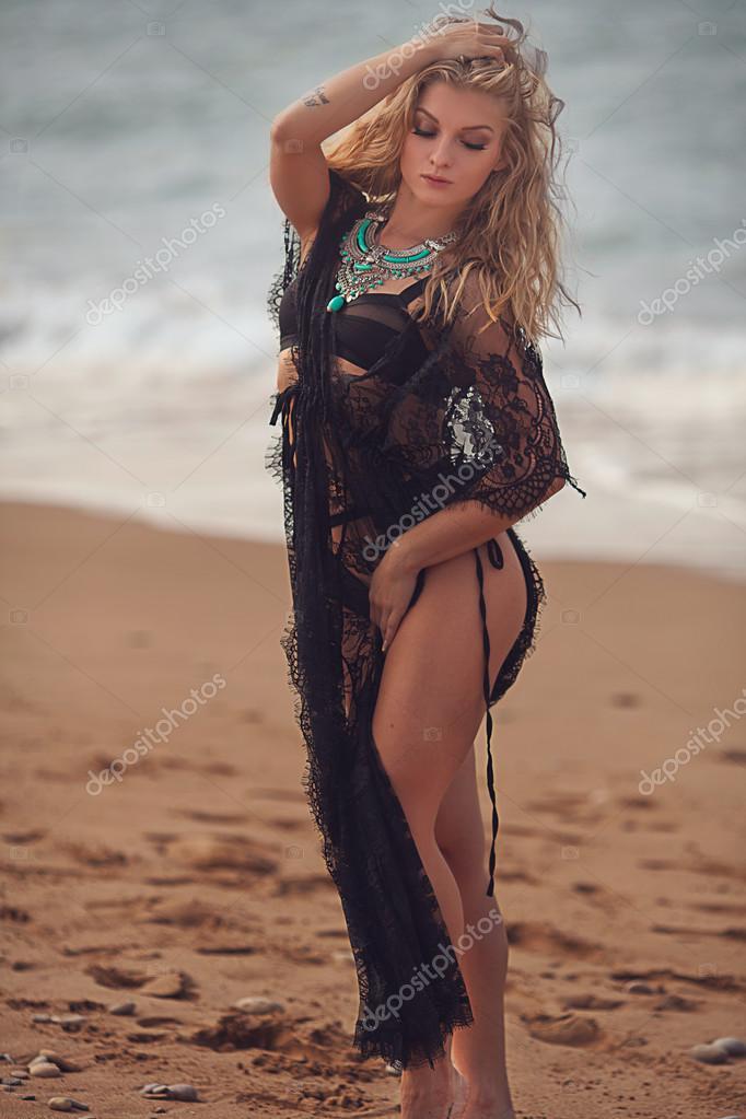 Девушка в черном купальнике на пляже, трахнул недоступную артистку