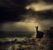 Krásná dívka v černém na moři