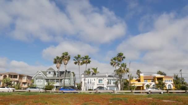 Předměstské domy na ulici. Exteriérová architektura budov. Rezidenční nemovitosti, California USA.