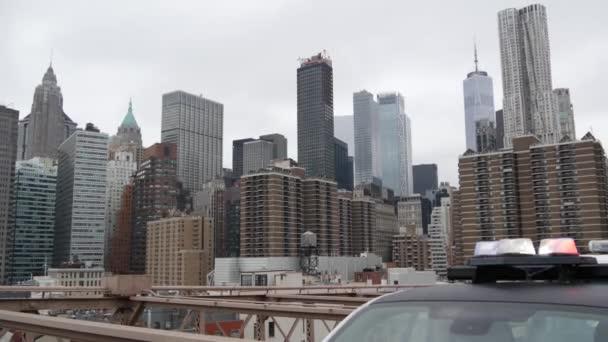 NEW YORK CITY, USA - 12 MAR 2020: Zářící siréna, 991 policejních hlídkových aut na Brooklynském mostě. Auto newyorské policie, symbol prevence a bezpečnosti zločinu na Manhattanu. Metropolis bezpečnost a ochrana.