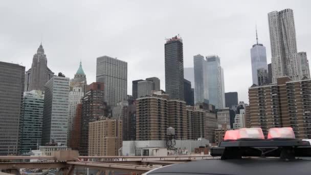 NEW YORK CITY, USA - 12 MAR 2020: Veszélyhelyzeti sziréna világítás, 991 rendőrautó a Brooklyn hídon. NYPD autó, a bűnmegelőzés és a biztonság szimbóluma Manhattanben. Metropolis biztonság és védelem.