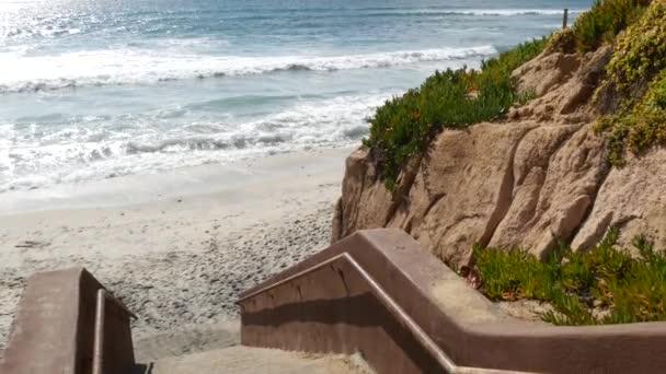 Schody, přístup na pláž v Kalifornii USA. Pobřežní schodiště, Pacifický oceán. Slunečný den, prázdné schodiště.