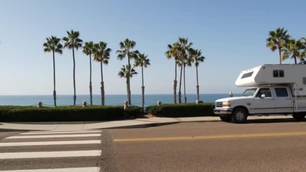 Přívěs nebo karavan pro výlet. Ocean Beach, Kalifornie USA. Přívěs, karavan domů.
