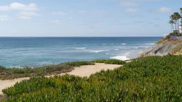 Seascape Vista Point, Kalifornské pobřeží USA. Příliv oceánu, modrá vlna přehlíží. Zmrzlina šťavnatá.
