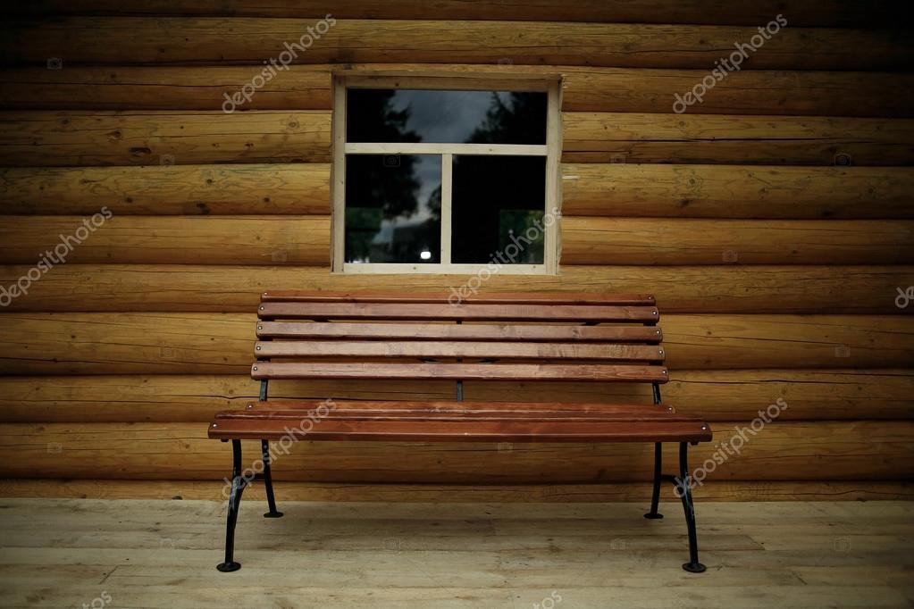 rustiek interieur in houten huis stockfoto
