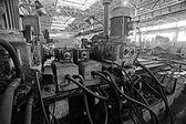 Průmyslová továrna na pozadí