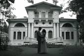 Fotografie Bride and groom standing near beautiful mansion