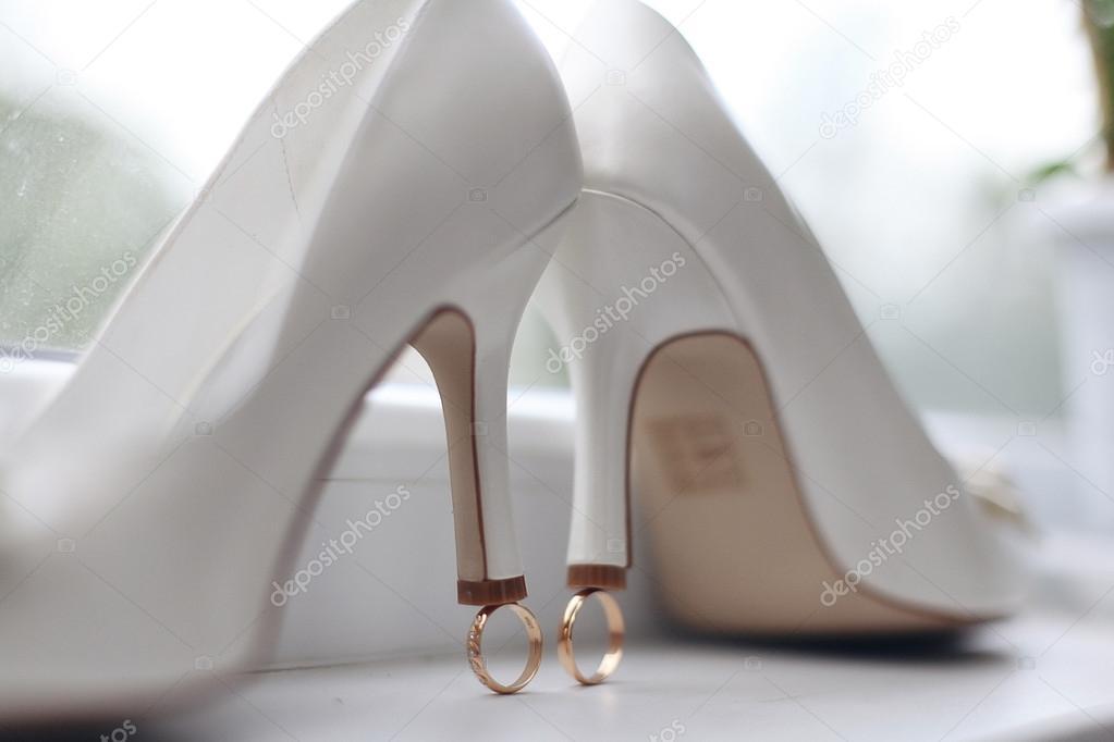Άσπρο γαμήλιο ψηλοτάκουνα παπούτσια με δαχτυλίδια — Εικόνα από xload ed1c01ab980