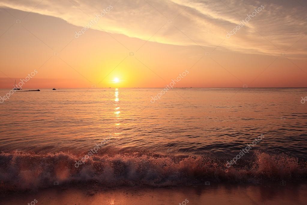 Фотообои Прибой на закате моря