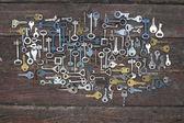 klávesy na dřevěné pozadí