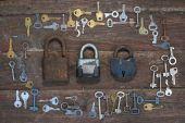 staré klíče na dřevěné pozadí