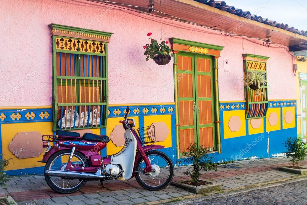 Decoraci n casa en guatape pueblo foto editorial de - Decoracion de casas de pueblo ...