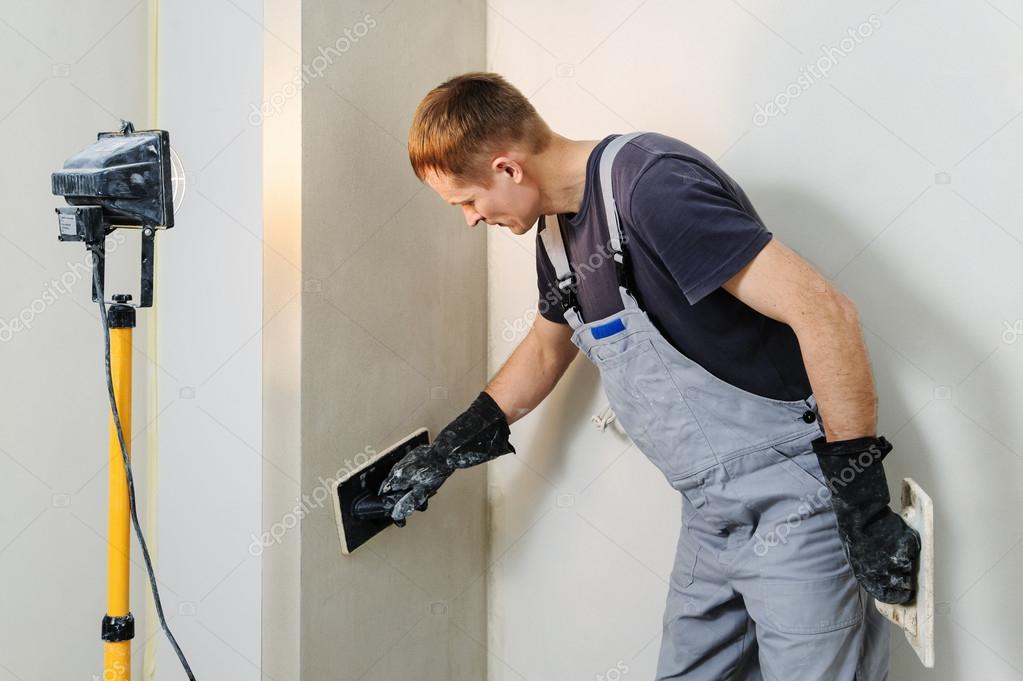 Arbeitnehmer Macht Endgultig Glatten Putz An Der Wand Stockfoto