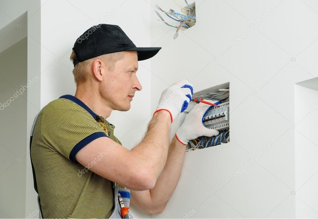 Elektriker installieren eine elektrische Sicherungskasten ...