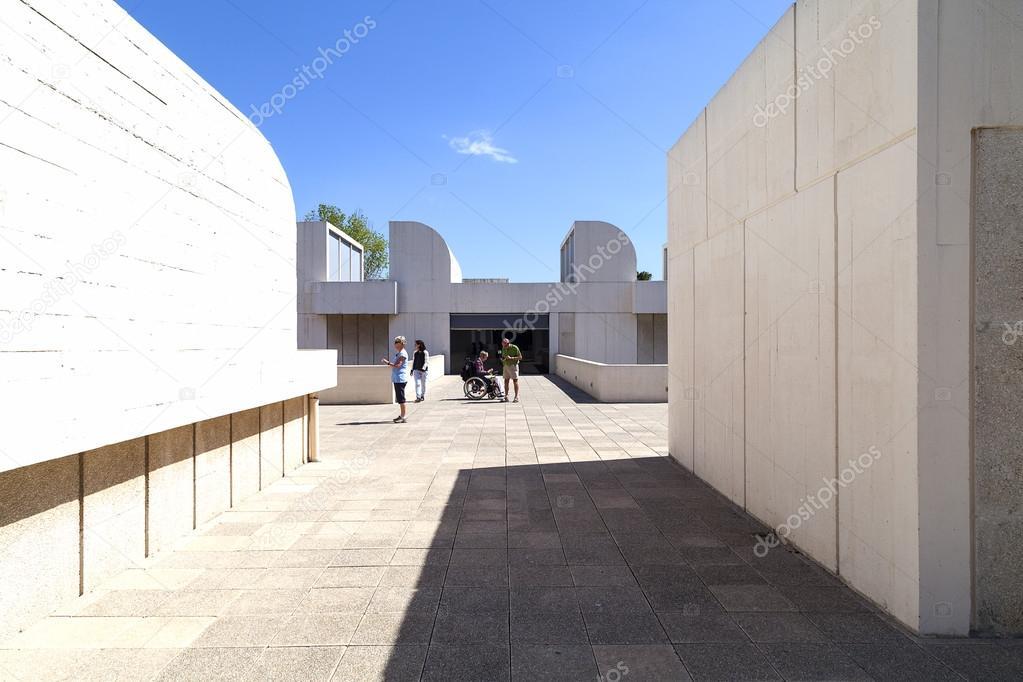 Turistas En La Terraza Del Edificio Joan Miró Foundation