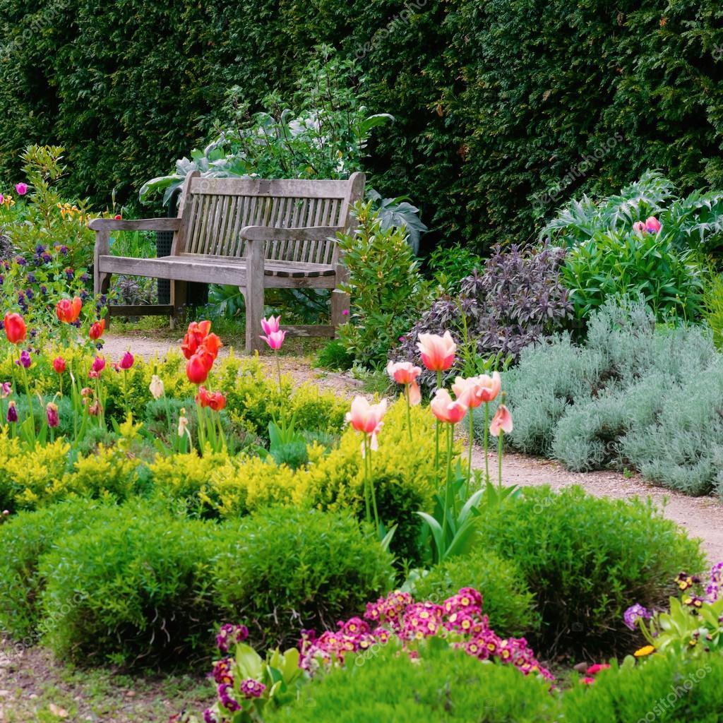 Spielplätze Englischer Garten: Englischer Garten Mit Einen Spaziergang Weg Zu Leeren Bank