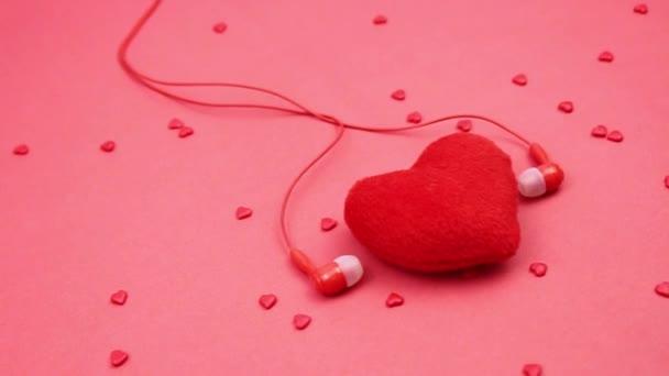 Kouzelné romantické pozadí. Červené srdce, červená sluchátka. Valentýn