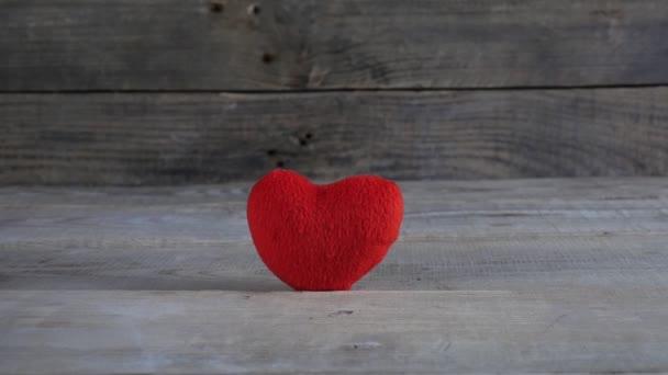 Červené srdce zblízka. Valentýn. 4K