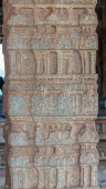 Hampi, Karnataka, India - 2013. november 5.: Vijaya Vitthala Temple. A fő mandapam bézs kőoszlopos szakaszának közelsége nonfiguratív képeket mutat.