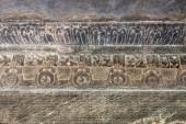 Lakkundi, Karnataka, India - 2013. november 6.: Kasivisvesvara templom. Egyforma faldekorációk sora mandapamban, nem figuratív és szkriptes karakterekkel.