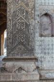 Vijayapura, Karnataka, India - 2013. november 8.: Ibrahim Rauza mauzóleum. Szürke kőből készült nonfiguratív szobor közelsége az oszlopon.