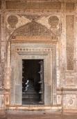 Vijayapura, Karnataka, India - 2013. november 8.: Ibrahim Rauza mauzóleum. Nézz be az ajtón keretezett széles körben nonfiguratív faragott barna kő fal a síron.