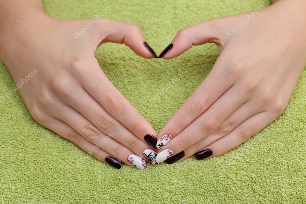 Tratamiento de belleza de uñas, manos mostrar signo de corazón ...
