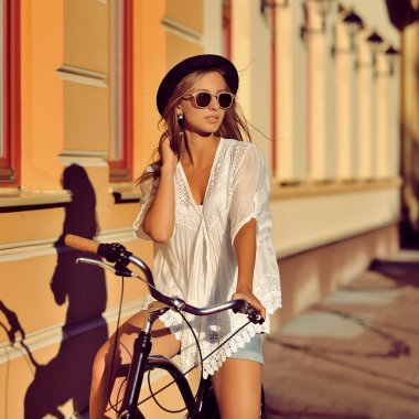 "Картина, постер, плакат, фотообои ""красивая хипстерская девочка на велосипеде "", артикул 62314493"
