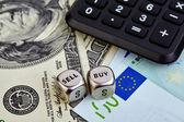 Nejlepší z obou světů EUR. USD bankovek, kostky, kalkulačka