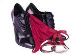 černé boty na podpatku, pouta a g-string