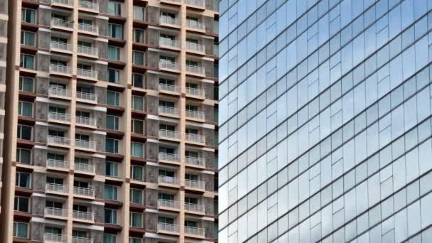 Skleněná fasáda moderní kancelářské budovy s byt na pozadí