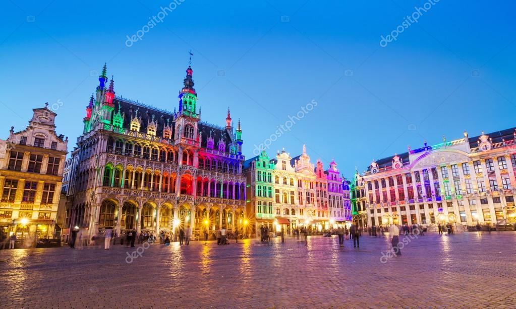 Grand Place in Brussel met kleurrijke verlichting — Stockfoto ...