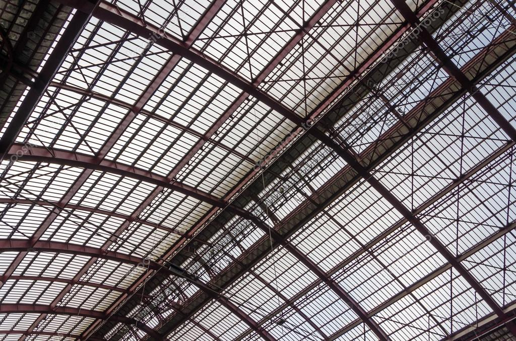 Struttura in ferro tetto — Foto Stock © siraanamwong #77252472